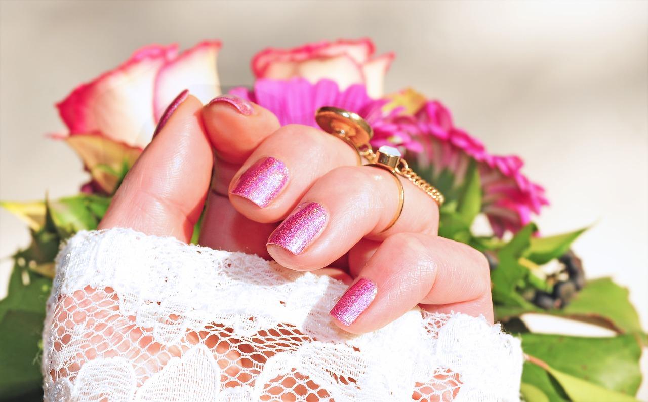 Na czym polega manicure? manicure hybrydowy cennik Legionowo